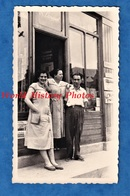 Photo Ancienne Snapshot - Ville De Province à Situer - Portrait Femme Homme Marchand De Journaux R. LANGUET - Journal - Métiers