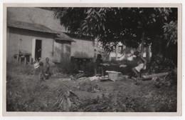 Photo Originale Années 30 GUYANE Maroni Apatou Village Boni Case Femme Enfants Nu Nude - Guyane