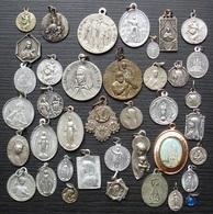 Joli Lot De 39 Médailles Religieuses, Différents Métaux, Différentes époques... - Religion & Esotérisme