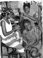 Photo Guinée Conakry Fria Chez La Coiffeuse Vers 1990 - Afrique