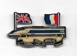 Pin's  SNCF, T G V, TUNNEL SOUS LA MANCHE  Avec  Drapeaux  Français  Et  Anglais - TGV