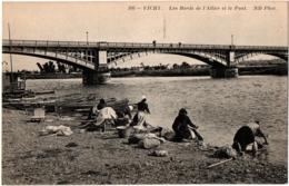 CPA 03 - VICHY (Allier) - 306. Les Bords De L'Allier Et Le Pont (Lavandières) ND - Vichy