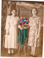 Couple Young Women Girls  Friends  Flowers -  Femme - Frau - Vintage Hand Tinted Photo 1956 - Anonyme Personen