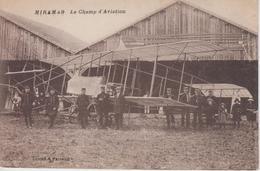 CPA Miramas - Le Champ D'aviation (très Belle Scène Avec Biplan Devant Hangar) - Autres Communes