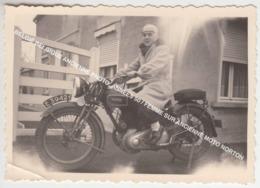 BELGIË BELGIQUE ANCIENNE PHOTO, ANNEES 50 / FEMME SUR ANCIENNE MOTO NORTON - Motorfietsen