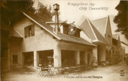 PARIS EXPOSITION DES ARTS DECORARTIFS  UNE RUE DU VILLAGE FRANCAIS - Expositions