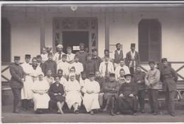 "MILITARIA. Carte-Photo MAROC .En Manuscrit, Au Dos:"" Personnel De L'Hôpital De KENITRA  6 Février 1929 Abbé Garrigues - Otros"