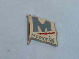 Pin's DRAPEAU MEMORIAL CAEN NORMANDIE - Army