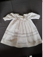 Robe De Baptème En Coton Brodée Main Avec Manches (fermeture 3 Boutons) Lavée Et Repassée ; Début XXe S. - Baptême