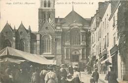 CPA 53 Mayenne Laval Entrée De La Cathédrale Un Jour De Marché - Laval