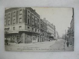 ISSY LES MOULINEAUX - La Rue Ernest Renan, Près De La Place Voltaire (animée) - Issy Les Moulineaux
