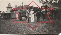 """Photo Juillet 1915 Ferme De BEAULIEU à MARAINVILLER (Croismare) - """"Gachet"""" Apporte Les Journeaux (A216, Ww1, Wk 1) - Francia"""