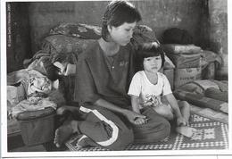 ORGANISATION HUMANITAIRE BICE FEMME PRISONNIERE A BATTAMBANG AVEC SA FILLE  CAMBODGE - Cambogia