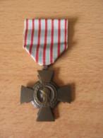 Médaille Guerre 39-45 / WW2 - Croix Du Combattant / République Française - Avec Ruban - Achat Immédiat - France