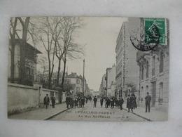 LEVALLOIS PERRET - La Rue Martinval (très Animée) - Levallois Perret