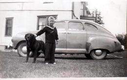Photo Originale USA - Voiture Américaine Berline à Identifier Vers 1940/50 Avec Enfant Dans Son Costume De Marin & Chien - Automobiles