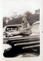 Photo Originale USA - Voiture Américaine Berline à Identifier Vers 1940 & Fillette Sur Le Capot & Famille D'à Côté - Automobiles