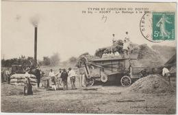 CPA 79 NIORT LE BATTAGE A LA MACHINE  BP  TTB      MOISSONNEUSE  BATTEUSE - Niort