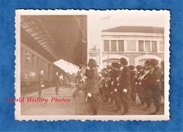 Photo Ancienne - Gare à Situer - Revue D'un Bataillon De Chasseurs Alpins Sur Le Quai - Menton ? Nice ? Briançon ? Train - Eisenbahnen