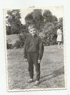 Boy Pose For Photo In Nature  V1000-274 - Persone Anonimi