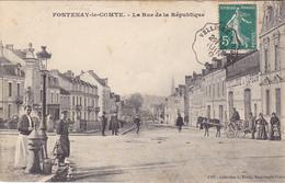 AVIT18- FONTENAY  LE  COMTE   EN VENDEE LA RUE DE LA REPUBLIQUE  CALECHE  CPA  CIRCULEE - Fontenay Le Comte