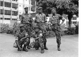 Photo Mozambique Maputo Les Soldats De La Garde Devant Les Ministères. Vers 1995. Photo Vivant Univers - Afrique