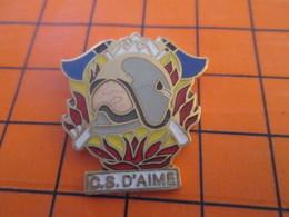 1119 Pin's Pins / Beau Et Rare / THEME : POMPIERS / SAPEUR POMPIER CASQUE INCENDIE HACHE CENTRE DE SECOURS D'AIME - Pompiers