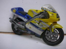 HONDA N° 46 VALENTINO ROSSI  PLAY STATION  MOTO  1/18  LIRE ET VOIR !! - Motos
