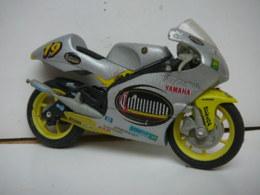 YAMAHA  OLIVIER JACQUE  MOTO N° 19  1/18  LIRE ET VOIR !! - Motorcycles