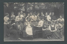Classe D'une école Ménagère Jeunes Filles  à Leur Ouvrage Lecture Couture Tricot écriture Crochet PHOTO Carte - Photographs