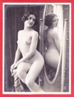 Nu-280Ph62  Photo Grand Format,  Jeune Femme Entièrement Nue Devant Un Miroir, BE - Nus Adultes (< 1960)
