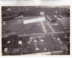 PHOTO AERIENNE - MILITARIA - INDOCHINE - Caserne De L'Infanterie Coloniale Probablt à Situer, Jour De Défilé Vers 1930 - Lieux