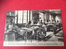 CPA Vers 1910 Animation Ouvriers Au Travail à L' Atelier Des Mouleurs Manufacture Nationale  Porcelaine De Sèvres - Sevres