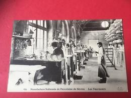 CPA Vers 1910 Animation Ouvriers Au Travail à L' Atelier Des Tourneurs Manufacture Nationale  Porcelaine De Sèvres - Sevres
