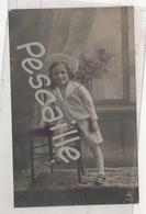 CP COLORISEE ENFANT PETITE FILLE ASSISE AVEC UN BEAU CHAPEAU - PH 714-3 PAPIER RADIUM BROM. - CIRCULEE EN 1905 - Retratos