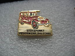 Pin's D'un Vieux Camion Des Sapeurs Pompiers Suisses De La Ville De BALSTHAL - Bomberos