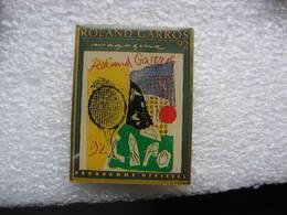 Pin's D'une Couverture Du Magazine Roland Garros 92. Programme Officiel - Medios De Comunicación