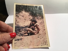 Photo Couleur Elle Est Ta Femme Assise Par Terre Afrique En Train De Donner Le Sein Bébé Couché Sur Ses Seins - Autres