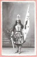 Carte Photo D'une Femme Déguisée En Jeanne D'Arc Signé Au Dos M. Schwartz Basse Yult - Costumes