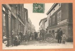 RARE-TRES BELLE C.P.A- LE CHAMBON FEUGEROLLES- La Grande Rue- ATTELAGE DE CHIENS-VOITURE A CHIEN- CHIENS- CARTE EN T.B.E - Le Chambon Feugerolles