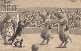 CPA Gaufrée Cirque Circus Cirk Animal Humanisé Cochon Porc Pig Singe Monkey Dompteur Clown Embossed  (2 Scans) - Circo