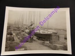 Photo Originale Amateur Snapshot Loupée Ratée 2 Photos Imprimées Vue Du Port Et Vue D Un Chantier Hyere 1970 - Photos