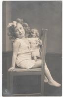 ENFANTS. CARTE PHOTO. ENFANT. FILLETTE Avec Une POUPEE Dans Les BRAS. - Enfants