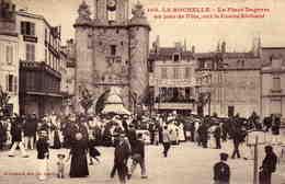 LA ROCHELLE  - La Place Duperre Un Jour De Fête ,sur........... - La Rochelle