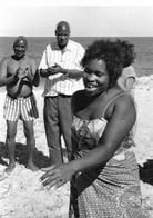 Photo Mozambique Danse Spontanée Sur La Plage De Macaneta  Vers 1995 - Africa
