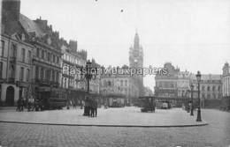 CARTE PHOTO ALLEMANDE DOUAI 1916 PLACE D'ARMES Animée TRAMWAY DOUAI -ANICHE KIOSQUE A JOURNAUX ALLEMAND (Der TAG) - Douai