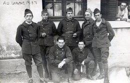 Carte Photo De Soldat Francais Posant Dans Leurs Caserne Au Larzac En 1937 - War, Military