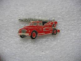 Pin's BALLARD, Ancien Camion à Grande Echelle Des Sapeurs Pompiers - Bomberos