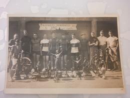 PHOTO LIEU A IDENTIFIER CYCLISTES TROPHEES REMPORTES PAR LA JPG SUR CYCLES - Ciclismo