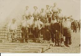 Carte Photo , Chemin De Fer - Ouvriers à La Pose De Traverses - Matériel